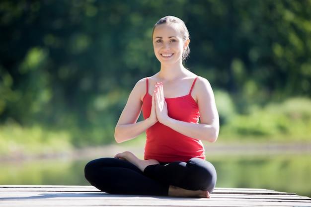 Yogi feminino ao meio pose de lótus