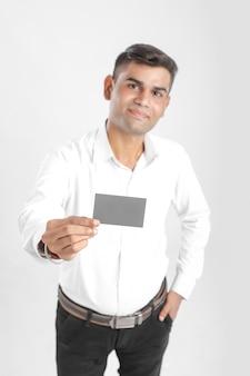 Yong homem indiano mostrando cartão
