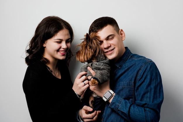 Yorkshire terrier com lindo casal. família feliz com cachorro. amo animais de estimação.