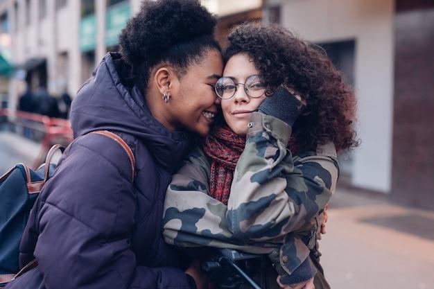 Youg mulheres abraçando na rua