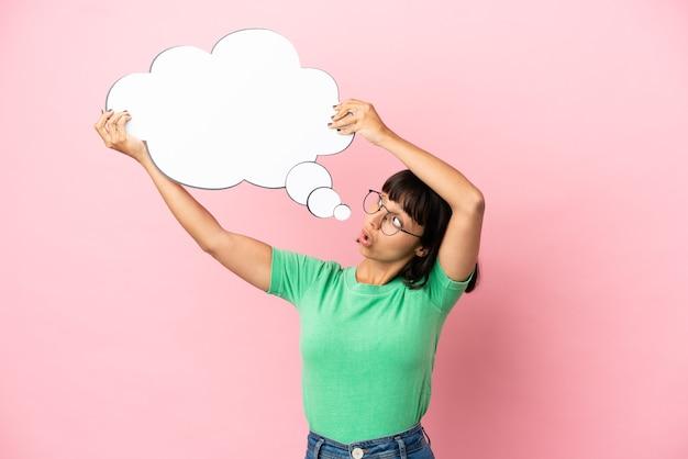 Youing mulher segurando um balão de pensamento