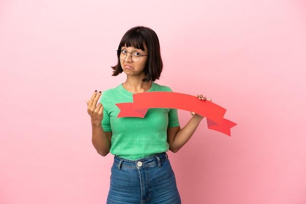 Youing mulher segurando um cartaz vazio e fazendo um gesto de aproximação