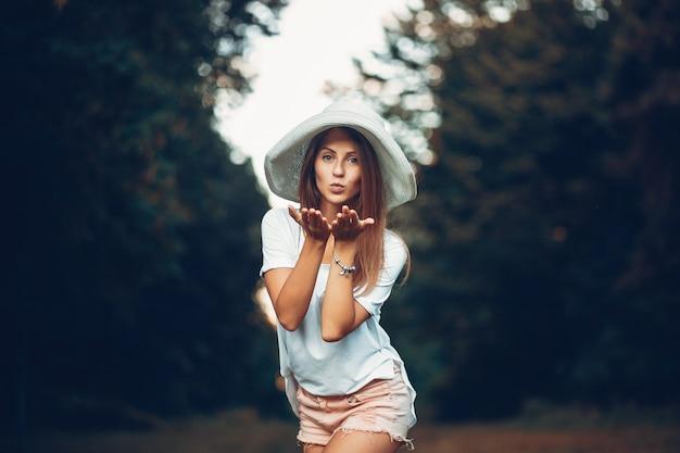 Yound e menina bonita em um parque de verão