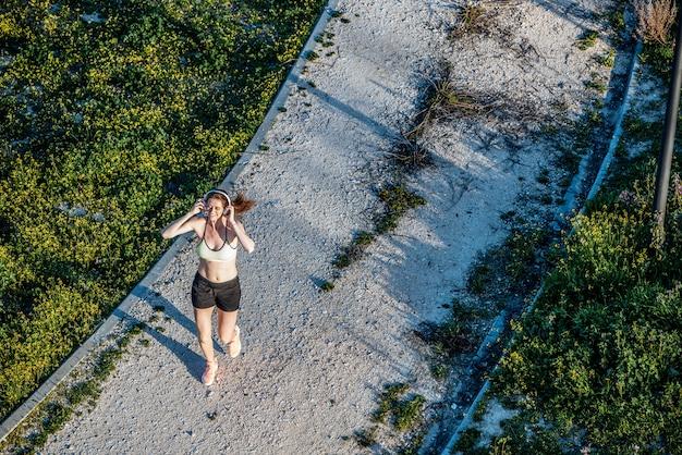 Young cabe mulher loira correndo no parque