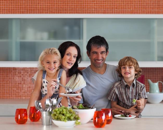 Young familie comendo juntos