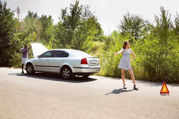 Youngcouple viajando no carro em um dia ensolarado