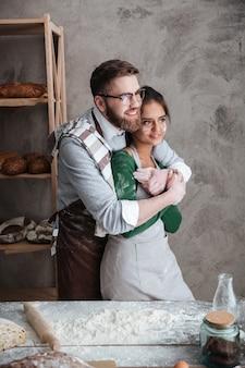 Younh casal abraçando na cozinha