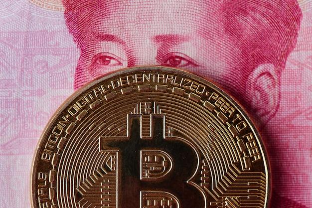 Yuan chinês dinheiro e criptomoeda bitcoin close-up. conceito de investimento em moeda virtual digital na internet