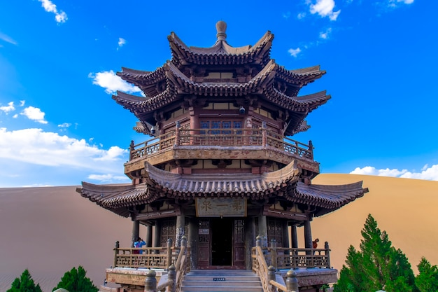 Yueyaquan scenic area, mingsha mountain, dunhuang city, gansu province, china. lago gansu dunhuang crescent e montanha mingsha, china