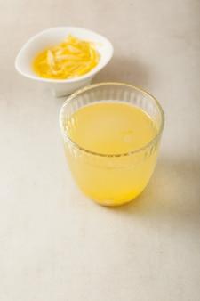 Yujacha (chá yuja ou chá yuzu) é um chá coreano popular e marmelada de yuja em tigela. foco seletivo, copie o espaço.