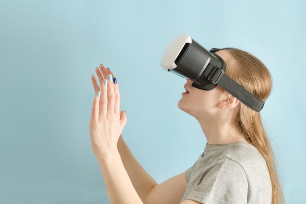 Yuong mulher com óculos de realidade virtual.