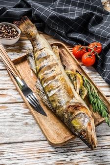 Zander assado, peixe walleye com ervas e limão