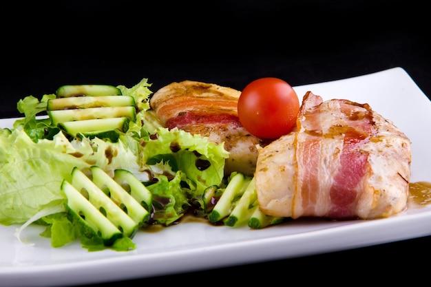 Zander tenro em bacon: filé zander, bacon defumado, molho de romã narsharab, pepino, folhas de alface