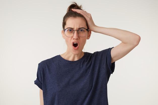 Zangada, mulher de óculos com uma careta maluca no rosto, com a boca aberta
