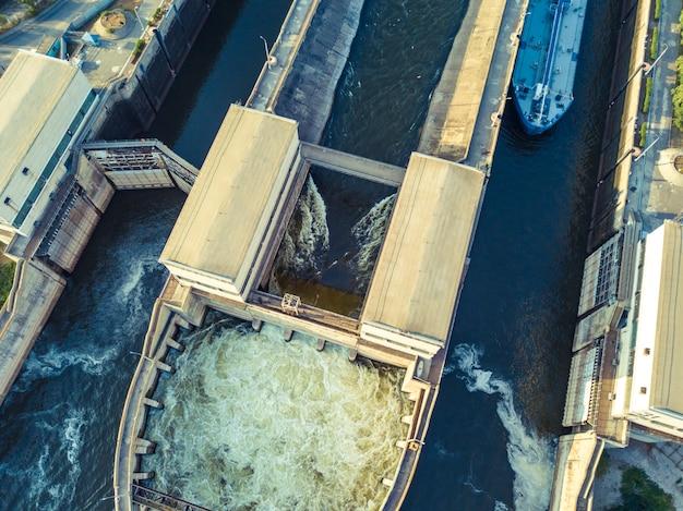 Zangão aéreo tiro da estrutura de gateway do rio para navios de carga barcaça.