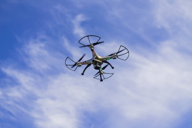Zangão do voo com controlo a distância de encontro ao fundo do céu azul.