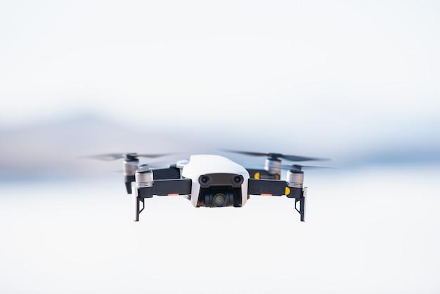 Zangão moderno com voo da câmera no fundo do céu azul.