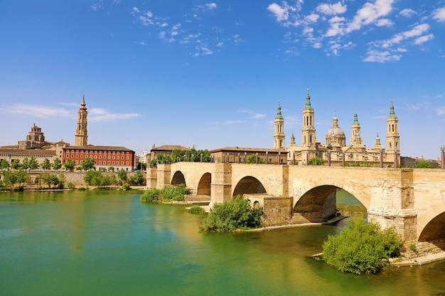 Zaragoza com a ponte puente de piedra e a catedral basílica del pilar