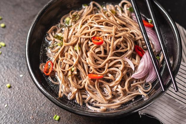 Zaru soba macarrão de trigo sarraceno soba refeição refeição lanche na mesa cópia espaço comida fundo