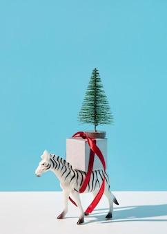 Zebra com presente e pinheiro