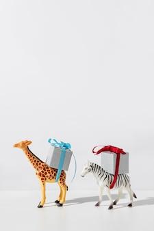 Zebra e girafa carregando presentes