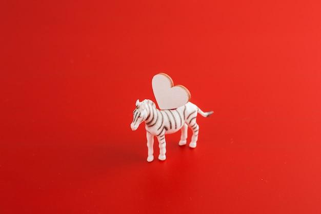 Zebra pequena com coração de madeira