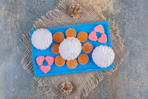Zéfiro de natal com balas de geleia em uma placa azul. foto de alta qualidade Foto gratuita