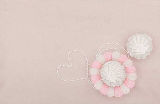 Zéfiro ou marshmallow caseiro em fundo rosa