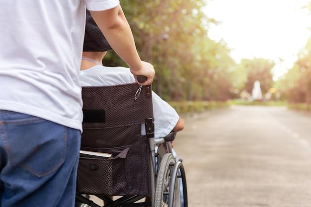 Zelador, com, paciente, em, cadeira rodas
