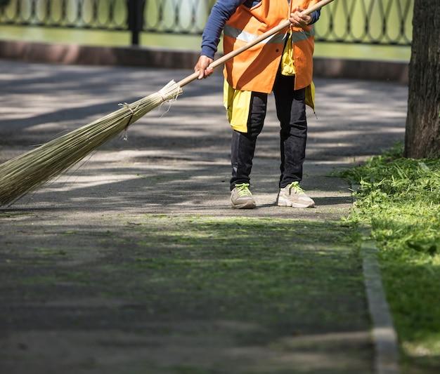 Zelador limpa e varre a rua