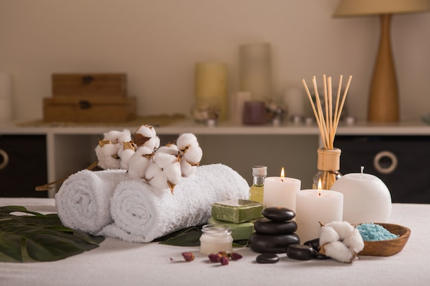Zen e relaxe o conceito. composição de spa com tratamento na luz de fundo - espaço para texto