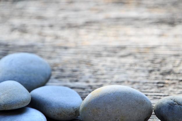 Zen e spa pedra na planície de madeira com área de espaço de cópia