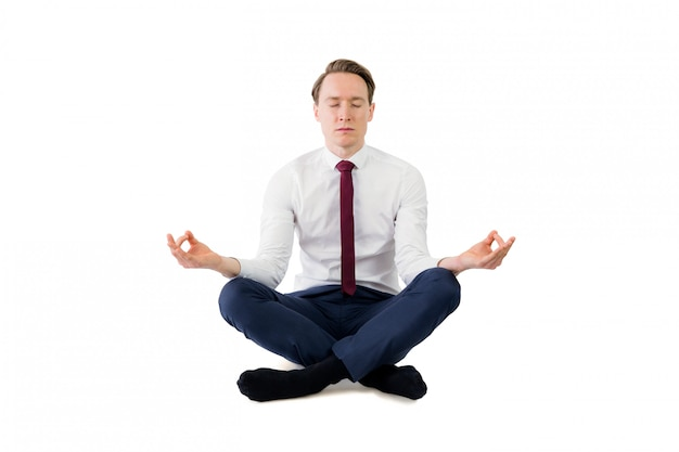 Zen empresário meditando em pose de ioga
