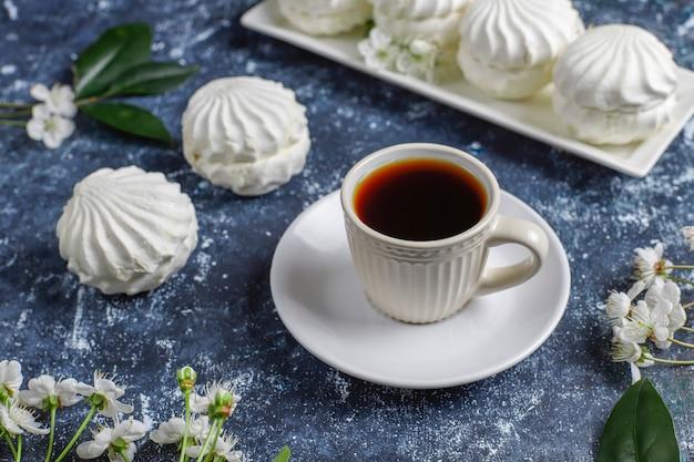 Zephyr branco, deliciosos marshmallows com flores da flor de primavera, vista superior