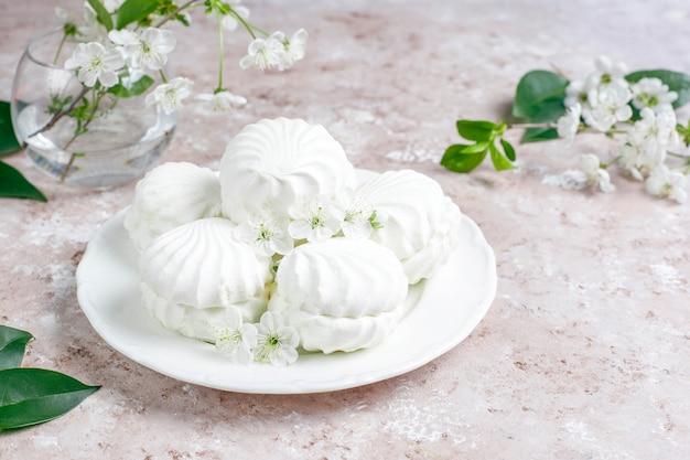 Zephyr branco, deliciosos marshmallows com flores da flor de primavera