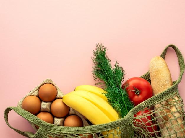 Zero conceito de desperdício. compras de comida sem pacote. bolsa de malha de algodão com produtos. vida sem plástico.