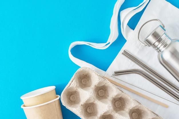 Zero conceito de desperdício. itens reutilizáveis ecológicos em sacola de compras natural.
