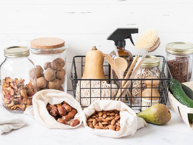Zero conceito de desperdício. jogo de cozinha ecológico. alimentos, pincéis, utensílios de madeira, bolsas, mamadeira e jarra