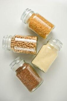 Zero conceito de desperdício. vários cereais crus em frasco de vidro.