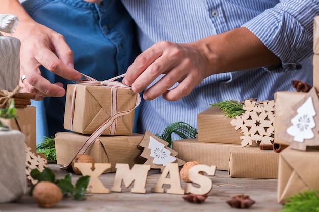 Zero desperdício de conceito de natal pai e filho embrulhando presentes