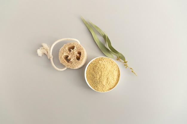 Zero desperdício de produtos de higiene pessoal. scrab de corpo de semente de mostarda natural, eucalipto branche. programa anticelulite, desintoxicação, saturação da pele com vitaminas