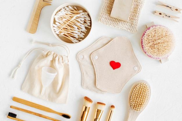 Zero desperdício de suprimentos para higiene pessoal. eco soap, escova de dentes de bambu, pensos menstruais de pano reutilizáveis, escova de madeira natural. estilo de vida sustentável. conceito de plástico livre.