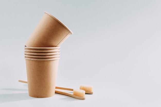 Zero resíduos conceito com copos de papel e escovas de dentes