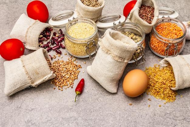 Zero resíduos conceito de compras de alimentos. cereais, massas, legumes, cogumelos secos, especiarias.
