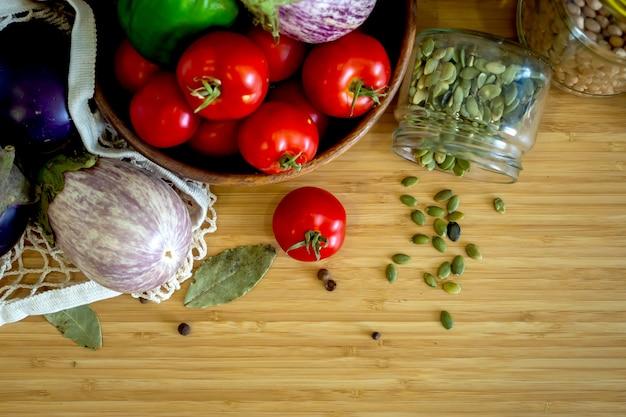 Zero resíduos de alimentos saudáveis - cereais, sementes, vegetais planos leigos em fundo cinza. mantimentos em sacos de têxteis, potes de vidro, tigela de madeira. estilo de vida de baixo desperdício livre de plástico ecológico.
