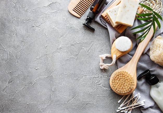 Zero resíduos de produtos cosméticos naturais em fundo de concreto. postura plana.