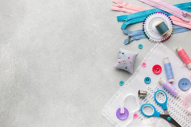 Zíperes e botões coloridos com fundo de espaço de cópia
