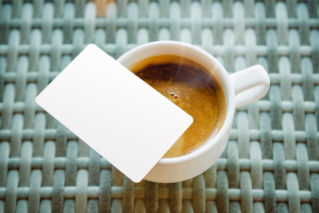 Zombar de cartão de crédito, colocar perto da xícara de café
