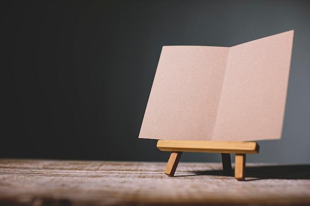 Zombe de uma tela em branco vazia em um cavalete de madeira isolado