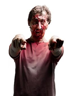 Zombie apontando com ambas as mãos